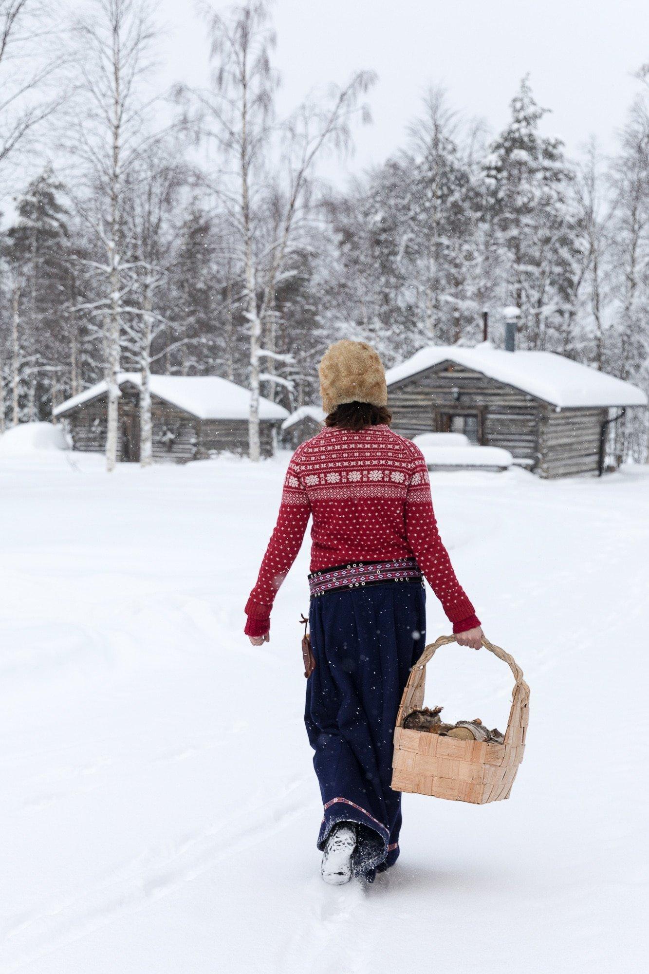 Isonkenkäisten Klubi punainen villapaita puukori talvimaisemassa