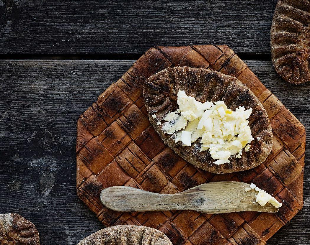 Puukarin Pysäkki karjalanpiirakka ja munavoi tuohialustalla EAT