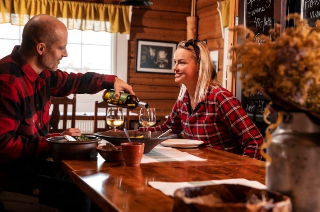 Puukarin Pysäkki pariskunta illallinen EAT
