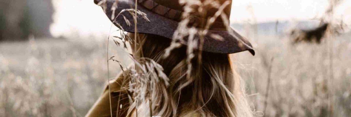 NLUX Northern Luxury Collection brand tyttö hattupäässä pellolla